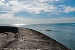 Opinión del Cobb, Lyme Regis del mar y del cielo fotos de archivo libres de regalías