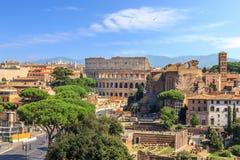 Opinión del coliseo y de Roman Forum del altar de la patria, Roma, Italia fotos de archivo libres de regalías
