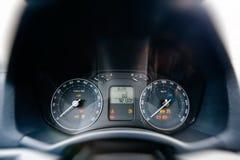 Opinión del conductor del frente del detalle del tablero de instrumentos del coche Fotos de archivo