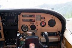 Opinión del copiloto de la carlinga del tablero de instrumentos del avión del arbusto del aeroplano de Cessna en Alaska fotografía de archivo libre de regalías