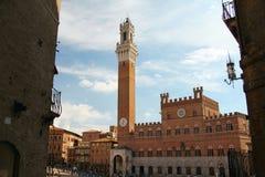 Opinión del cuadrado de Siena Italy Campanile Imágenes de archivo libres de regalías