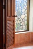 Opinión del cuarto de baño a través de la puerta abierta imagenes de archivo