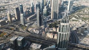Opinión del día del centro de Dubai y de la carretera de la altura de la torre de Burj Khalifa Porciones de rascacielos, negocio almacen de video
