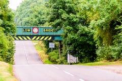 Opinión del día de la carretera BRITÁNICA de la autopista debajo del puente ferroviario Fotos de archivo libres de regalías