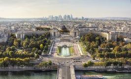 Opinión del día de París de la torre Eiffel Imagenes de archivo