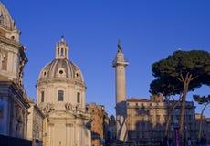 Opinión del día la columna de Trajan y Santa Maria di Loreto Church Fotos de archivo