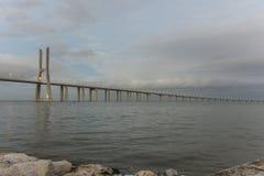 Opinión del día Vasco da Gama Bridge, Lisboa, Portugal Fotografía de archivo