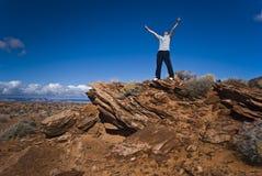 Opinión del desierto con un hombre joven Imagen de archivo