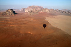 Opinión del desierto del ron del lecho de un río seco Fotografía de archivo