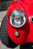 Opinión del detalle de la defensa y de la linterna delanteras de un coche de deportes rojo clásico de Austin Healey imagenes de archivo