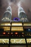 Opinión del detalle de las torres de Petronas imagenes de archivo