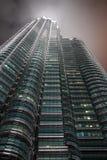 Opinión del detalle de las torres de Petronas imagen de archivo libre de regalías