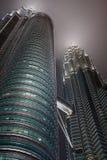 Opinión del detalle de las torres de Petronas fotos de archivo