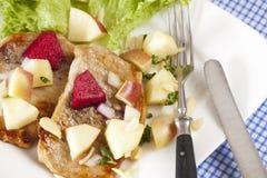 Opinión del detalle del filete con la ensalada de la manzana Fotos de archivo