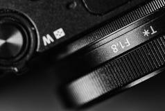 Opinión del detalle sobre una cámara - en el contraste fuerte blanco y negro Fotos de archivo libres de regalías