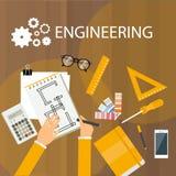Opinión del escritorio de la ingeniería del dibujo de escritorio de la mano que hace la estructura de la arquitectura del proyect Foto de archivo libre de regalías