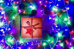 Opinión del escritorio desde arriba con el presente y las luces de hadas de la Navidad, concepto retro de Navidad de Navidad Foto de archivo libre de regalías