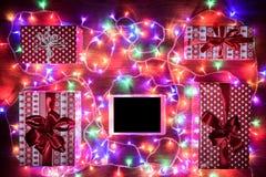Opinión del escritorio desde arriba con la tableta digital, compras en línea Imagen de archivo libre de regalías