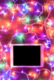 Opinión del escritorio desde arriba con la tableta digital y las luces de Navidad, concepto en línea de las compras Fotos de archivo