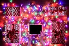 Opinión del escritorio desde arriba con las manos femeninas y la tableta digital, compras en línea de Navidad Imagen de archivo libre de regalías