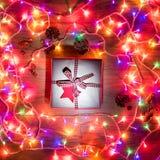 Opinión del escritorio desde arriba con Navidad presente y las luces de hadas, Navidad retra Imagen de archivo