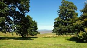 Opinión del estrecho de Menai del castillo de Penrhyn en País de Gales Imagenes de archivo