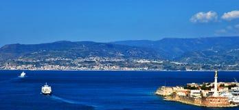 Opinión del estrecho de Messina fotografía de archivo