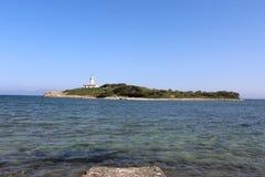 Opinión del faro sobre poca isla en Mallorca del norte Fotos de archivo