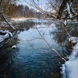 opinión del fondo del lago no congelado del invierno Fotos de archivo