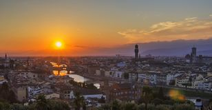 Opinión del fondo del panorama de la ciudad vieja de Florencia, pasando por alto a Arno River, el Ponte Vecchio Imagenes de archivo