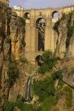 Opinión del fondo del valle, de la roca y del Ponte Nuevo en Ronda Fotos de archivo libres de regalías
