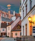 opinión del Hada-cuento de la yarda medieval en ciudad europea vieja Fotografía de archivo