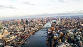 Opinión del helicóptero de los rascacielos y de St famosos Pauls Cathedral del horizonte de Londres Foto de archivo