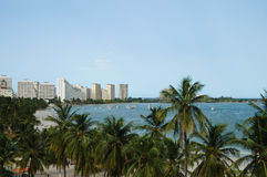 Opinión del horizonte de la ciudad delante del mar Foto de archivo