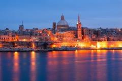 Opinión del horizonte de la orilla del mar de La Valeta según lo visto de Sliema, Malta Imagen de archivo libre de regalías