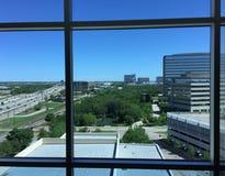 Opinión del horizonte de la ventana del hotel o de la oficina Fotos de archivo libres de regalías