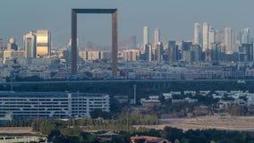 Opinión del horizonte de los distritos en el timelapse de Dubai antes de la puesta del sol, UAE de Deira y de Sharja almacen de metraje de vídeo