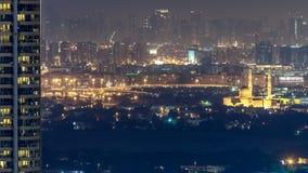 Opinión del horizonte de los distritos en el timelapse de Dubai en la noche, UAE de Deira y de Sharja almacen de video
