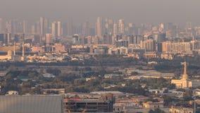 Opinión del horizonte de los distritos en el timelapse de Dubai en la puesta del sol, UAE de Deira y de Sharja almacen de video
