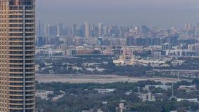 Opinión del horizonte de los distritos en el timelapse de Dubai en la puesta del sol, UAE de Deira y de Sharja almacen de metraje de vídeo