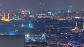 Opinión del horizonte de los distritos en timelapse de la noche de Dubai, UAE de Deira y de Sharja metrajes