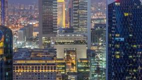 Opinión del horizonte de los edificios de Sheikh Zayed Road y del día de DIFC al timelapse de la noche en Dubai, UAE almacen de video