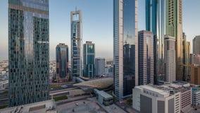 Opinión del horizonte de los edificios de Sheikh Zayed Road y del día de DIFC al timelapse de la noche en Dubai, UAE almacen de metraje de vídeo