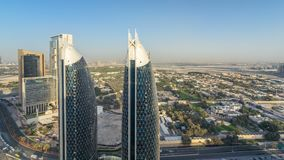 Opinión del horizonte de los edificios de Sheikh Zayed Road y del timelapse de DIFC en Dubai, UAE metrajes