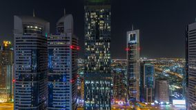 Opinión del horizonte de los edificios de Sheikh Zayed Road y del timelapse de la noche de DIFC en Dubai, UAE almacen de metraje de vídeo