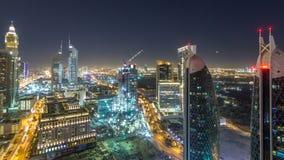 Opinión del horizonte de los edificios de Sheikh Zayed Road y del timelapse de la noche de DIFC en Dubai, UAE almacen de video