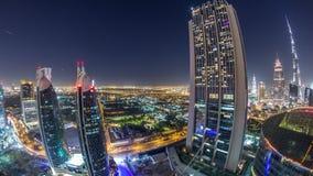 Opinión del horizonte de los edificios de Sheikh Zayed Road y del timelapse de la noche de DIFC en Dubai, UAE metrajes