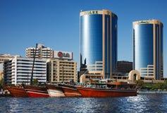 Opinión del horizonte de los rascacielos de Dubai Creek, UAE Fotos de archivo libres de regalías