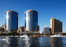 Opinión del horizonte de los rascacielos de Dubai Creek, UAE Imagen de archivo libre de regalías