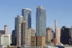 Opinión del horizonte de los rascacielos de New York City del puerto Imágenes de archivo libres de regalías